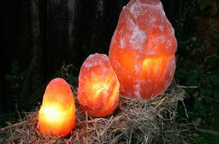 Biova Salzlampe 13-18kg auf Holzsockel+Beleuchtung